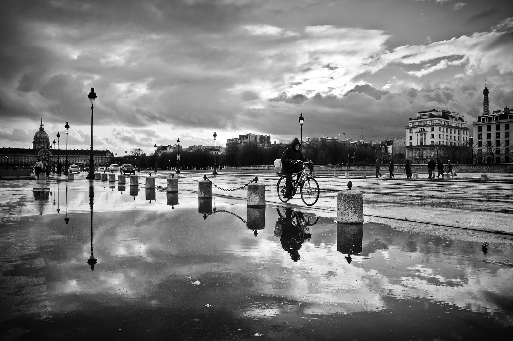 The cyclist of Place des Invalides_APF